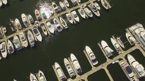 空中4K 在港口和小船靠码头的游艇 股票录像