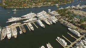 空中4K 在港口和小船靠码头的游艇 股票视频