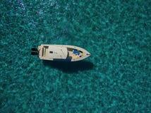 空中- 10m小船在绿松石海的船锚 库存照片