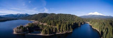 空中- Siskiyou湖和沙斯塔山,加利福尼亚 图库摄影