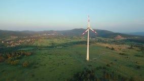 空中footageof在日落-一个宽风景的大角度看法的一台风轮机 股票视频
