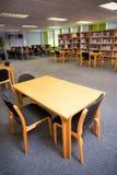 空位和书架在大学图书馆 免版税库存照片