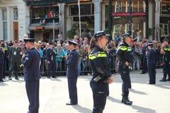空军战士和警察在王子天期间在海牙游行 免版税库存照片