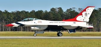 空军队雷鸟F-16喷气机 库存图片