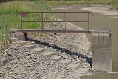 空和被排泄的池塘 天旱和没有水在风景 由湖的水闸 库存图片