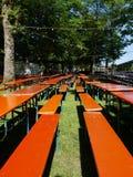 空啤酒的长凳 免版税库存图片