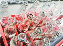 空回收瓶在红色塑料盒的可乐 图库摄影