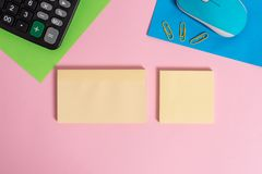 空导线葡萄酒电子老鼠硬件小配件两白纸板料夹子笔记薄计算器色的背景 免版税库存图片