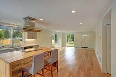 空心肋板计划内部以一个最近被改造的厨房为特色 库存照片