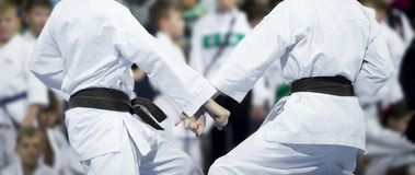 空手道在迷离背景做孩子战斗 体育竞赛 免版税库存图片