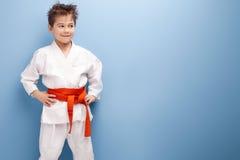 空手道服装的男孩 免版税图库摄影