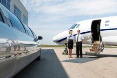 空服员和试验整洁的大型高级轿车和 免版税库存照片