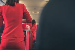 空服员对乘客的服务食物航空器的 stewarde 库存图片