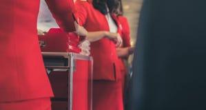 空服员对乘客的服务食物航空器的 stewarde 图库摄影