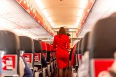 空服员服务食物和饮料对乘客在船上 图库摄影
