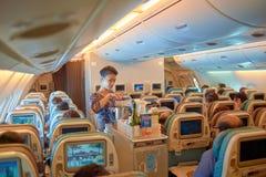 空服员服务食物和饮料 图库摄影
