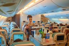 空服员服务食物和饮料 免版税库存照片
