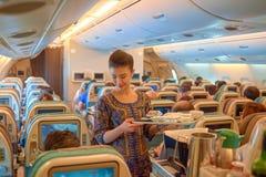 空服员服务食物和饮料 免版税图库摄影