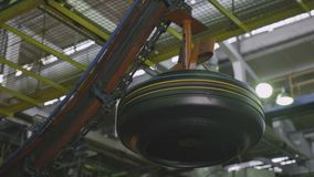 空气传动机转移轮胎到操作在车间特写镜头 股票视频