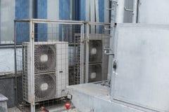 空气压缩机空调系统的机器零件在屋顶甲板的 免版税库存图片