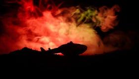 空气坠机事件 燃烧的落的直升机 被破坏的直升机 用玩具装饰在黑暗的火背景 免版税库存图片