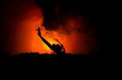 空气坠机事件 燃烧的落的直升机 被破坏的直升机 用玩具装饰在黑暗的火背景 战争或恐怖主义 免版税库存图片