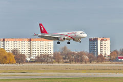 空气最后的着陆的阿拉伯半岛空中客车A320 免版税库存图片