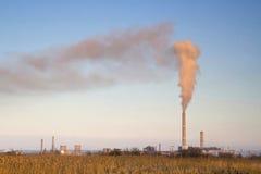 空气污染的红色烟 免版税库存图片