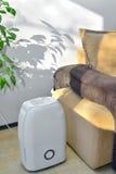 从空气的便携式的抽湿机colect水 免版税库存照片