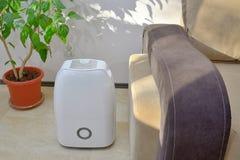 从空气的便携式的抽湿机colect水 免版税库存图片