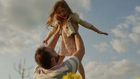 空气的父亲投掷的女儿 慢的行动 股票视频