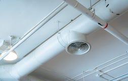 空气管道、接线和配管在购物中心 空调器管子,架线管子和测量深度管道系统 修造的内部概念 图库摄影