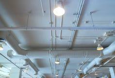 空气管道、接线和配管在购物中心 空调器管子,架线管子和测量深度管道系统 修造的内部概念 库存图片