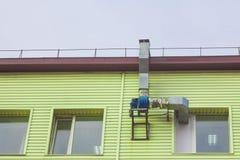空气管道和引擎在大厦的墙壁上 图库摄影
