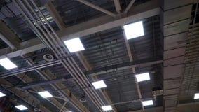 空气管道在大工厂厂房天花板的透气管子  股票录像