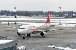 空气阿拉伯半岛飞机在鲍里斯皮尔机场 基辅,乌克兰 免版税库存图片