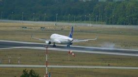 空气阿斯塔纳空中客车A320着陆 影视素材