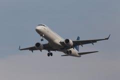 空气阿斯塔纳航空公司巴西航空工业公司190个航空器 免版税库存照片