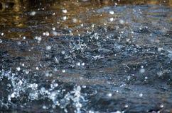 水空气滴在行动河 免版税库存图片