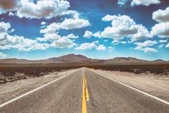 空沙漠的路 免版税库存照片