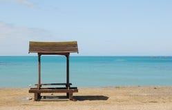 空海滩的长凳 免版税库存图片