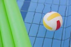 空球床垫池水 免版税库存图片
