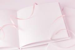 空白书粉红色丝带 免版税库存图片