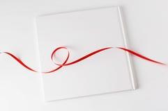 空白书红色丝带 免版税库存图片