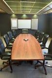空白会议桌垂直的w whiteboard 库存照片