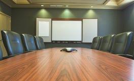 空白会议桌w whiteboard 库存图片