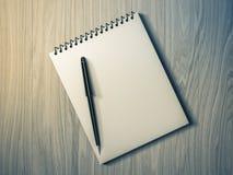 空白便条纸笔 在木背景 库存照片