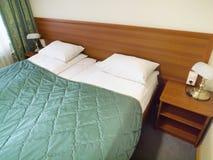空白卧室内部闪亮指示的枕头 库存图片