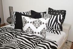 空白卧室黑色的枕头 免版税库存图片