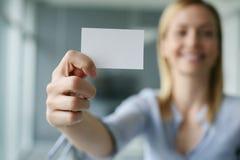 空白名片藏品妇女 在空白的汽车的焦点 免版税库存图片